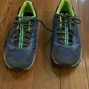 Merrell boys size 7 hiking sneaker.